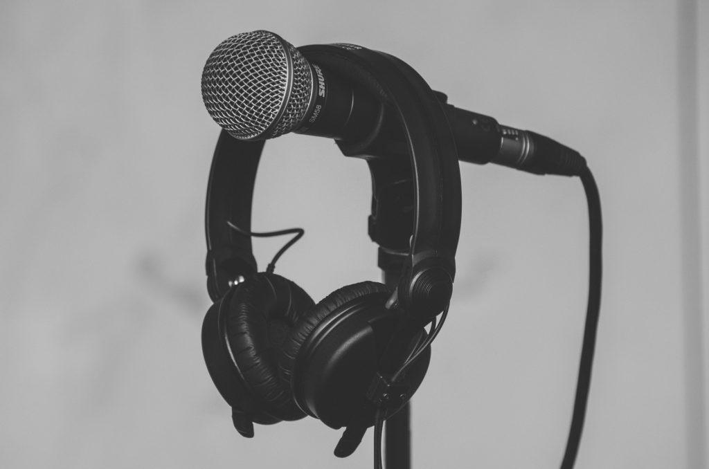 voz en off locutora